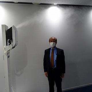 2メートルの高さから、入口で入って来る人に大量の電解式次亜塩素酸水を吹き掛けて部屋内も除菌をする噴霧するぞう